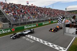 Valtteri Bottas, Mercedes-AMG F1 W09 en Max Verstappen, Red Bull Racing RB14 krijgen de finishvlag van Winnnie Harlow (CDN)