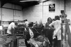 Frank Williams damns les ateliers de l'ISO Marlboro IR01 Ford