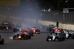 Старт гонки: Нико Росберг, Mercedes F1 W07 Hybrid, Макс Ферстаппен, Red Bull Racing RB12 TAG Heuer,
