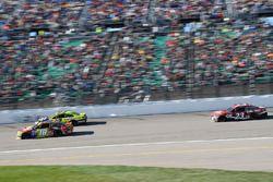 Кайл Буш, Joe Gibbs Racing Toyota, Пол Менард, Richard Childress Racing Chevrolet и Кори Лажуа, BK R