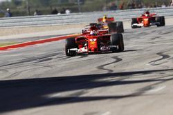 Sebastian Vettel, Ferrari SF70H, cruza la meta por delante deMax Verstappen, Red Bull Racing RB13, K