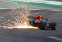 Las chispas vuelan desde el coche de Max Verstappen, Red Bull Racing RB14 Tag Heuer