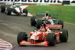 Jacques Villeneuve, Williams, voor Jean Alesi, Sauber, en David Coultard, McLaren Mercedes
