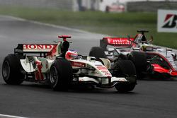Rubens Barrichello, Honda RA106 met Pedro de la Rosa, McLaren Mercedes MP4/21