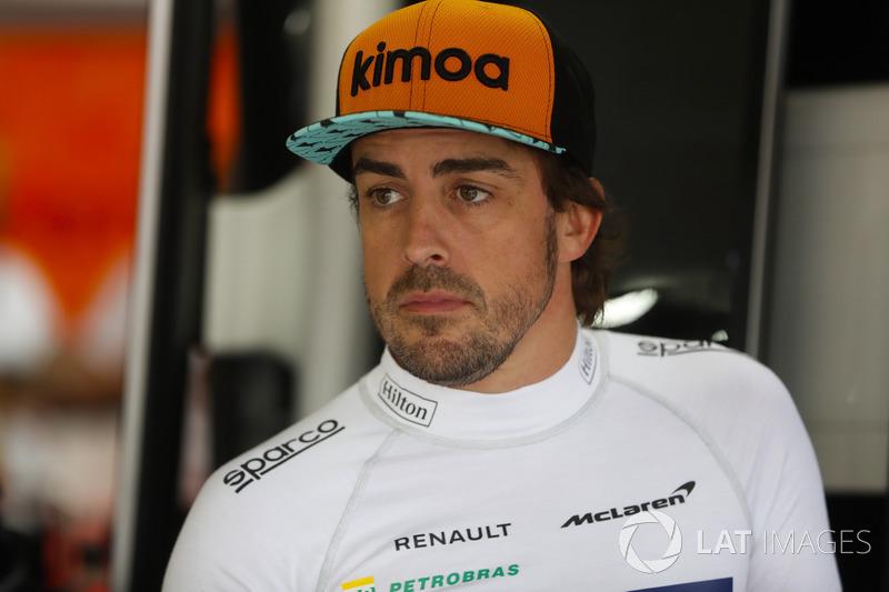 """Fernando Alonso: """"A verdade é que deu errado. Largamos muito bem, estávamos andando perto dos pontos e quando caíram algumas gotas tentamos arriscar para ver se a chuva ficaria muito forte em poucos minutos. Fomos com os pneus para úmido e não estava chovendo, duas gotas caíam a cada dez minutos e tivemos que entrar novamente e colocar os pneus de pista seca"""""""