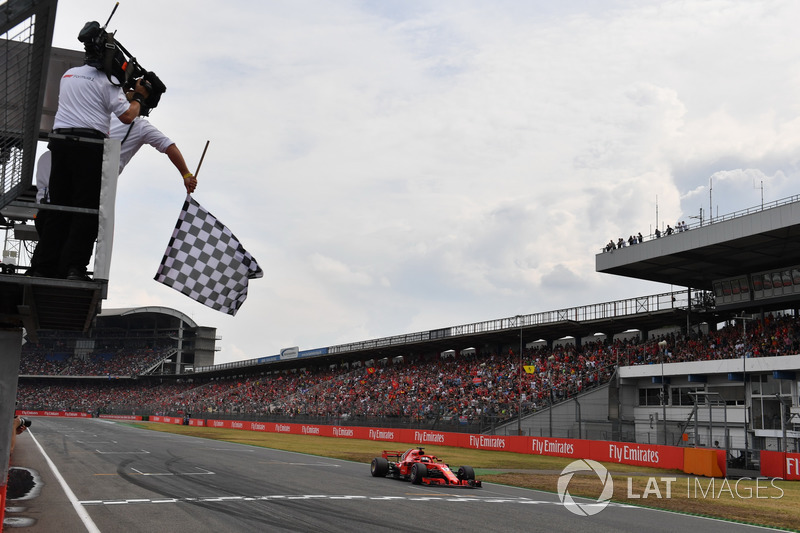 Sebastian Vettel, Ferrari SF71H , cruza la bandera a cuadros