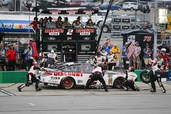 Brad Keselowski, Team Penske, Ford Fusion Discount Tire pit stop