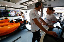 Stoffel Vandoorne, McLaren, habla con un ingeniero