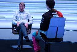 Mika Hakkinen con participanten del McLaren World's Fastest Gamer