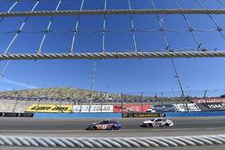 Denny Hamlin, Joe Gibbs Racing Toyota y David Ragan, Front Row Motorsports Ford