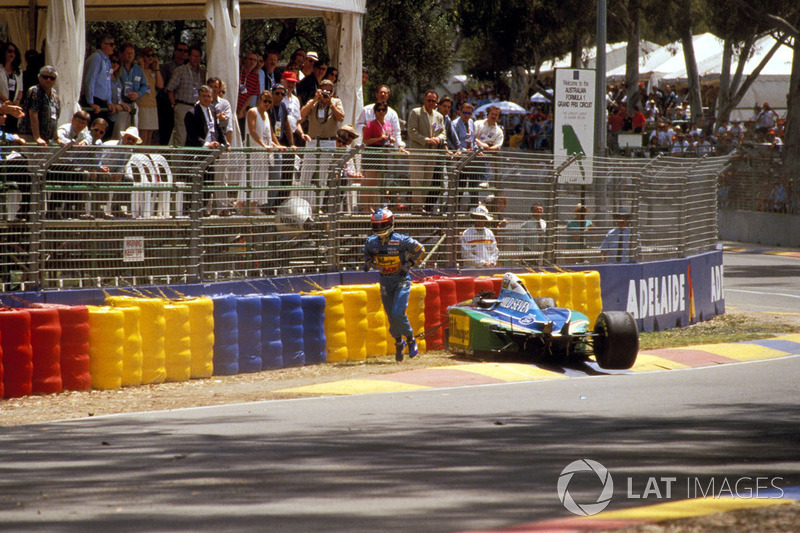 Michael Schumacher, Benetton B194 Ford, tras un accidente