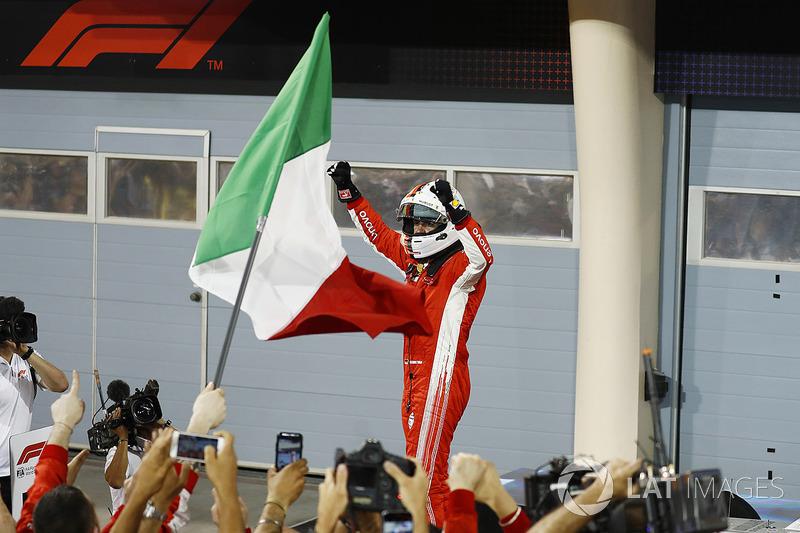 Sebastian Vettel, Ferrari, 1° classificato, festeggia all'arrivo nel parco chiuso