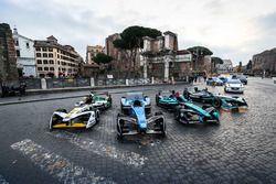 Coches de Fórmula E alineados.