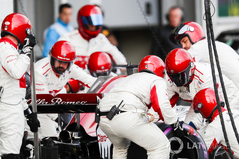 Marcus Ericsson, Sauber C37 Ferrari, effettua un pit stop