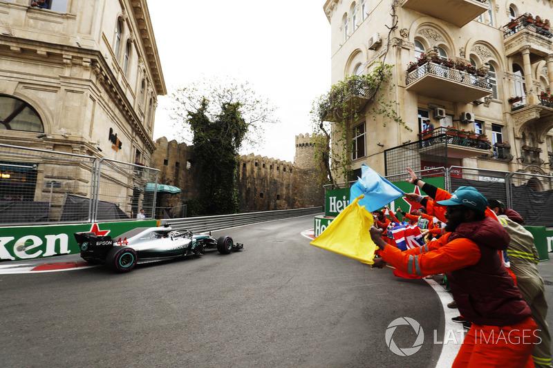 Lewis Hamilton, Mercedes AMG F1 W09, prende l'applauso dei marshal dopo aver vinto la gara