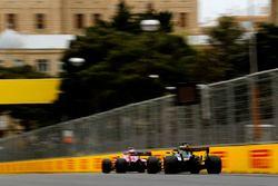 Sergio Perez, Force India VJM11 Mercedes, devant Nico Hulkenberg, Renault Sport F1 Team R.S. 18