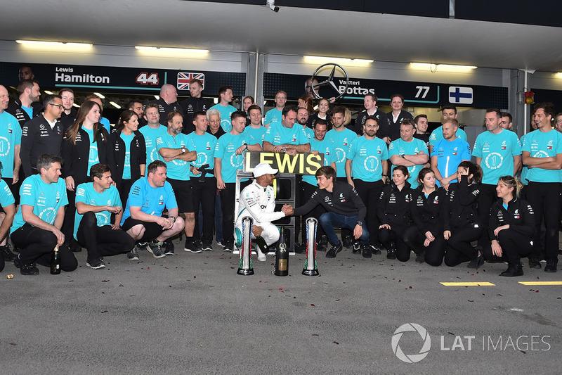 Race winner Lewis Hamilton, Mercedes-AMG F1 celebrates with the team