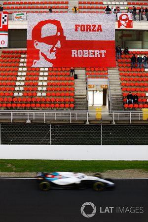 Robert Kubica, Williams FW41, devant une bannière faite par ses fans