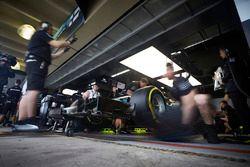 Gli ingegneri si preparano a mandare fuori Lewis Hamilton, Mercedes AMG F1 W08, per il suo primo gir