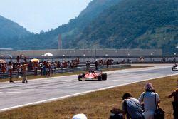Carlos Reutemann, Ferrari 312T2, takes the chequered flag