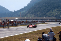 Carlos Reutemann, Ferrari 312T2, takes the chequered flag