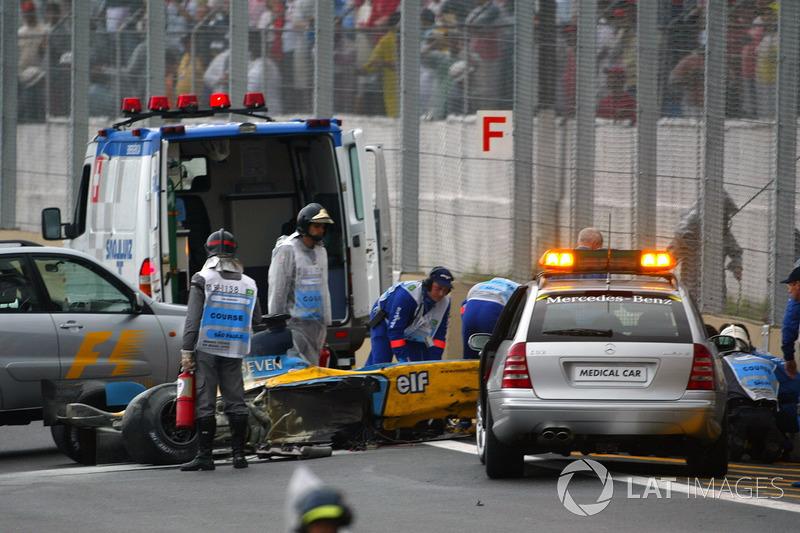 L'équipe médicale s'occupe de Fernando Alonso après son crash