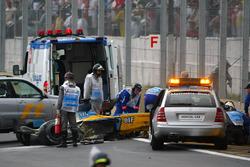 Personal médico asisten a Fernando Alonso, Renault F1 Team en pista
