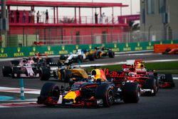 Старт гонки: Даниэль Риккардо, Red Bull Racing RB13, Кими Райкконен, Ferrari SF70H, Макс Ферстаппен,