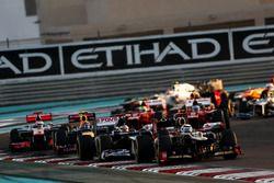 Kimi Raikkonen, Lotus E20 F1 Team, devant Pastor Maldonado, Williams FW34, Mark Webber, Red Bull Racing