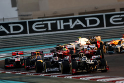 Kimi Raikkonen, Lotus E20 F1 Team, devant Pastor Maldonado, Williams FW34, Mark Webber, Red Bull Racing