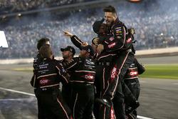 La crew di Austin Dillon, Richard Childress Racing Chevrolet Camaro festeggia