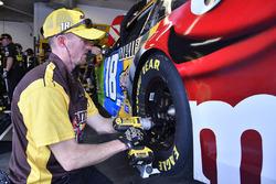 Kyle Busch, Joe Gibbs Racing, M&M's Toyota Camry crew