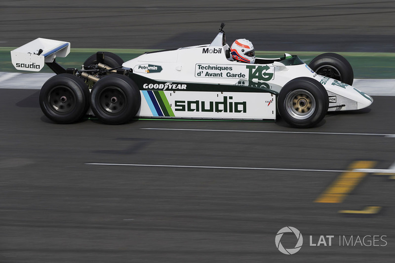 Martin Brundle testet den FW08 mit 6 Rädern