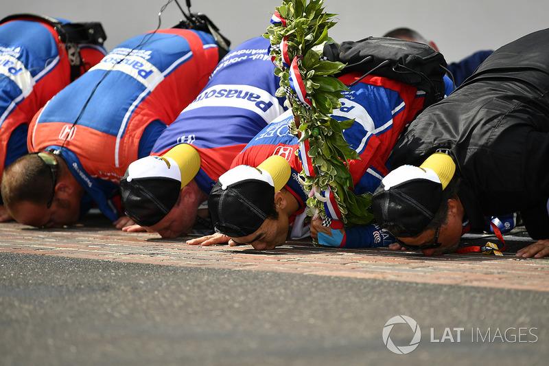 Takuma Sato, Andretti Autosport Honda celebrates the win on track with Michael Andretti, Andretti Autosport team owner kissing the yard of bricks