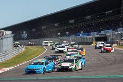 Start: Nicky Catsburg, Polestar Cyan Racing, Volvo S60 Polestar leads