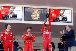 Podium: 1. Sebastian Vettel, Ferrari; 2. Kimi Räikkönen, Ferrari, mit Riccardo Adami, Ferrari, Renn