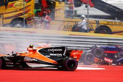 Stoffel Vandoorne, McLaren MCL32, évite Daniil Kvyat, Scuderia Toro Rosso STR12, et Fernando Alonso, McLaren MCL32