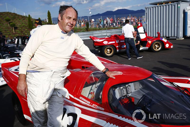 Герхард Бергер позирует рядом с Porsche 917 1970 года