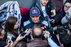 Carlos Sainz Jr., Scuderia Toro Rosso avec les médias