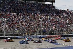 Kyle Larson, Chip Ganassi Racing Chevrolet Martin Truex Jr., Furniture Row Racing Toyota