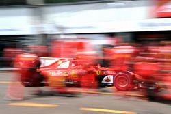 Kimi Raikkonen, Ferrari SF70-H pit stop