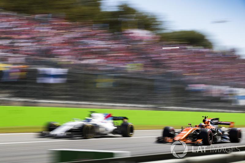 Stoffel Vandoorne, McLaren MCL32, pasa a Felipe Massa, Williams FW40