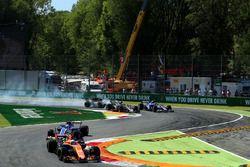 Romain Grosjean, Haas F1 Team VF-17 blokkeert in duel met Jolyon Palmer, Renault Sport F1 Team RS17