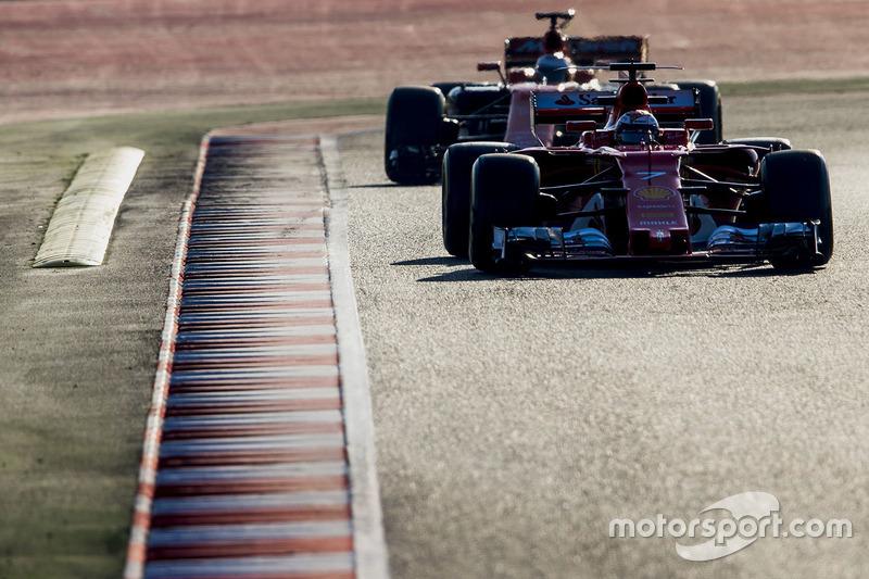 Kimi Raikkonen, Ferrari SF70H, delante de Fernando Alonso, McLaren MCL32