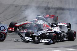 Pastor Maldonado, Williams FW35, hits the rear of Adrian Sutil, Force India VJM06