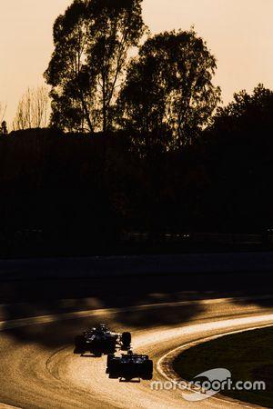 Valtteri Bottas, Mercedes AMG F1 W08; Pascal Wehrlein, Sauber C36