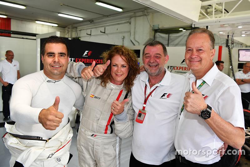 Zsolt Baumgartner, F1 Experiences 2-Seater driver, F1 Experiences 2-Seater passenger Belinda Whiteside and Paul Stoddart (AUS)