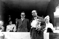 Le vainqueur, Juan Manuel Fangio, Alfa Romeo, et son Altesse, le Prince Rainier sur le podium