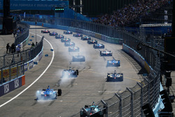 Les voitures prennent le départ de la course