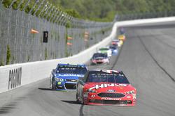 Kurt Busch, Stewart-Haas Racing Ford, Jimmie Johnson, Hendrick Motorsports Chevrolet
